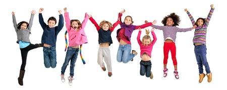 niÑos contentos: Grupo de niños jumpng aislado en blanco Foto de archivo