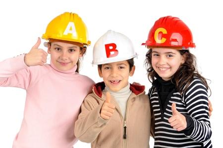 protective helmets: Gruppo di bambini in posa con caschi di protezione isolati in bianco