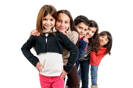 Groupe d'enfants posant isolé en blanc