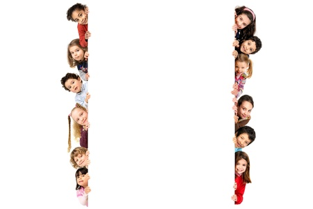 Gruppe von Kindern mit einer weißen Tafel in weiß isoliert Standard-Bild