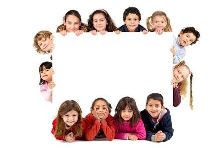Groep van kinderen met een wit bord geïsoleerd in het wit Stockfoto - 18818569