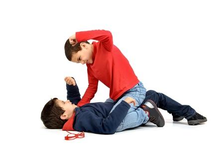 Twee jongens vechten geïsoleerd in het wit Stockfoto