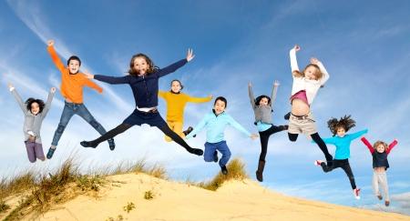 Gruppe von Kindern im Freien jumpng Standard-Bild