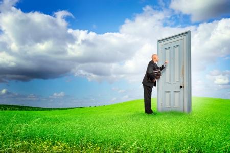 Geschäftsmann oder Verkäufer mit Aktenkoffer Klopfen an einer Tür draußen