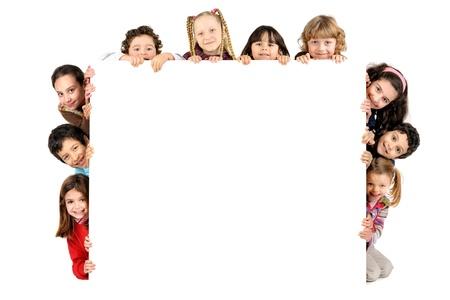 白で分離されたホワイト ボードと子供たちのグループ