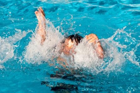 プールで溺れていた若い少年