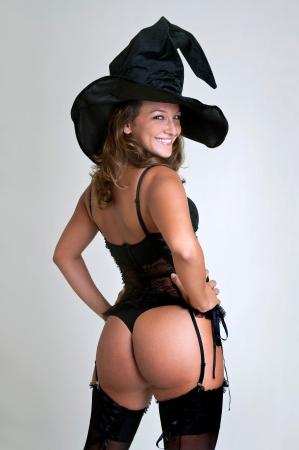 escoba: Chica sexy en traje de bruja aislado en blanco