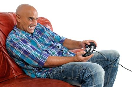 jugando videojuegos: Hombre jugando videojuegos aisladas en blanco