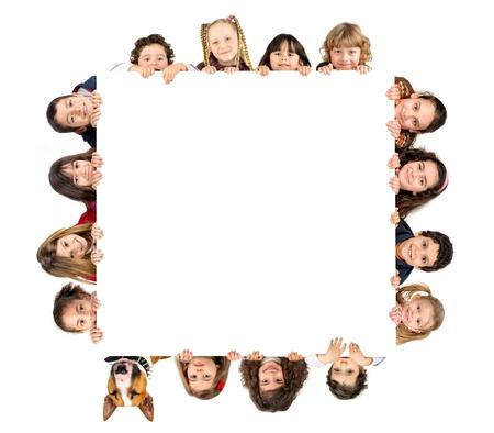 Groep kinderen en een hond met een wit bord ge Stockfoto - 21269986