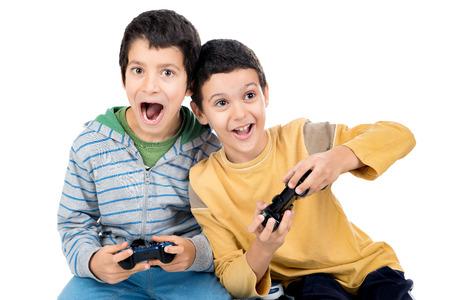 playing video games: Ni�os jugando videojuegos aislados en blanco