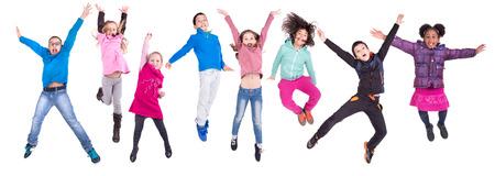 Groep kinderen jumpng geïsoleerd in het wit Stockfoto