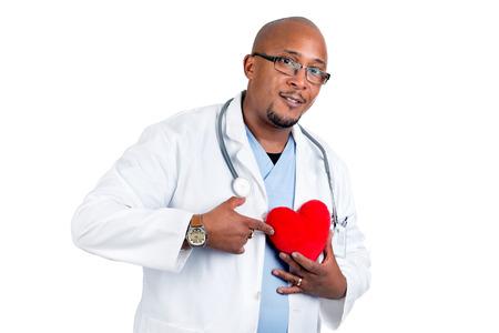 dark skin: Medico della pelle scura in posa con un grande cuore rosso Archivio Fotografico