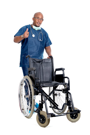 dark skin: Medico della pelle scura in posa con una sedia a rotelle