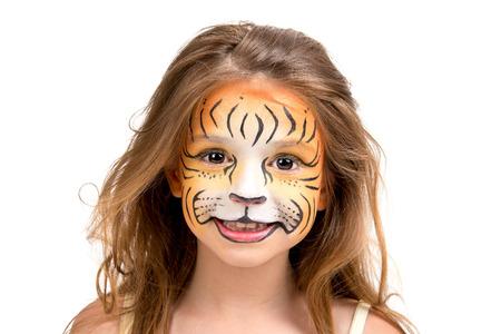 Mooi jong meisje met het gezicht geschilderd als een tijger