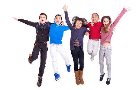 Gruppe von Kindern jumpng isoliert in weiß