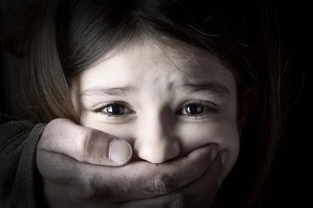 성인 남자의 손으로 무서워 어린 소녀 스톡 콘텐츠