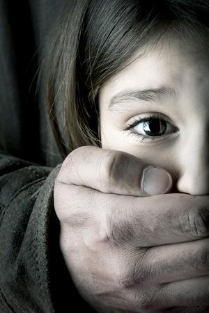 Chica joven asustado con la mano un hombre adulto s Foto de archivo