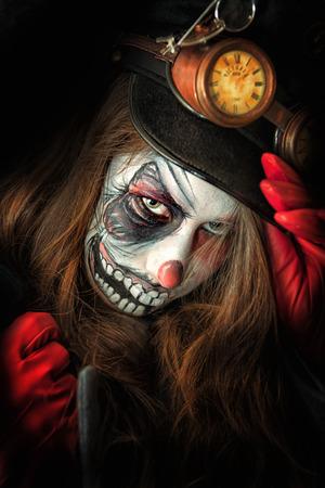 clowngesicht: Teenager-M�dchen mit unheimlich Clown-Gesicht Malerei