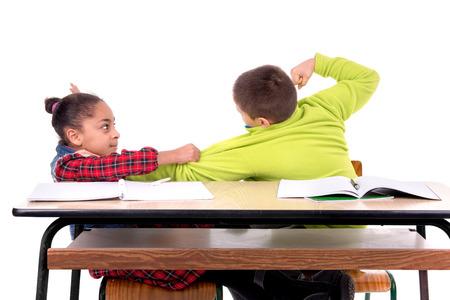 Kinder kämpfen in der Klasse Standard-Bild