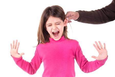 耳を引っ張ると処罰されている若い女の子