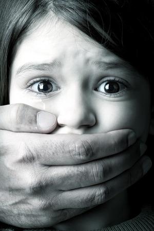 Schrikken jonge meisje met de hand een volwassen man die haar mond Stockfoto - 27350274
