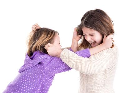 Junge Mädchen kämpft, zieht Haaren isoliert in weiß