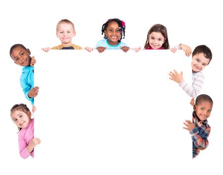 흰색에 고립 된 화이트 보드 어린이의 그룹