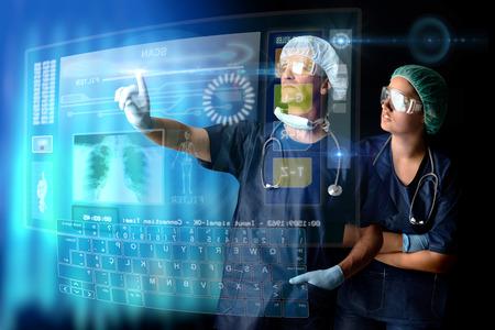 Artsen in een onderzoeksstation met digitale schermen en toetsenbord Stockfoto - 28258345