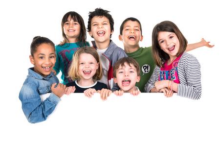 Groep van kinderen met een wit bord geïsoleerd in het wit Stockfoto - 28379609