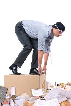 papeles oficina: Hombre de negocios con la nataci�n equipo listo para bucear a una piscina de papeles de oficina