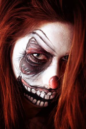 clowngesicht: Teenager-M�dchen mit unheimlich Clown Gesicht malen