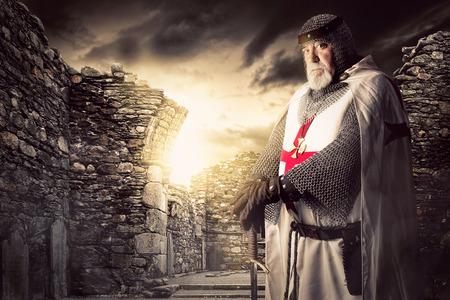 rycerz: Rycerz Templariuszy stwarzających w pobliżu niektórych ruin Zdjęcie Seryjne
