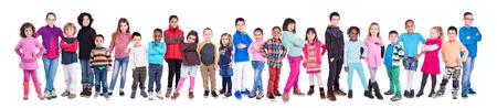 어린이의 큰 그룹은 흰색으로 격리 포즈