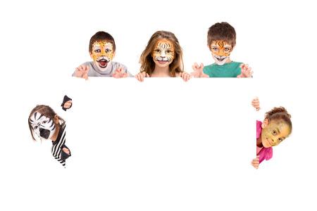maquillaje infantil: Grupo de ni�os con cara de pintura en un tablero blanco