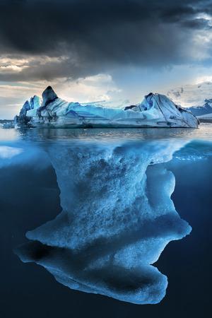 빙산: 떠있는 작은 부분과 큰 빙산 undewater 스톡 사진