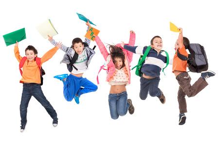 Gruppe von Schulkindern jumpng isoliert in weiß