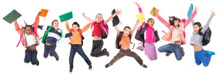 niño escuela: Grupo de niños no escolarizados jumpng aislado en blanco