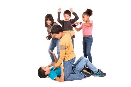 응원하고 촬영하는 다른 아이들과 싸우는 소년들