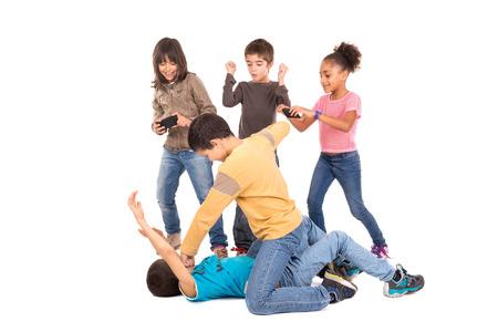 Jungen kämpfen mit anderen Kindern Jubel und Filmaufnahmen Standard-Bild - 33200738