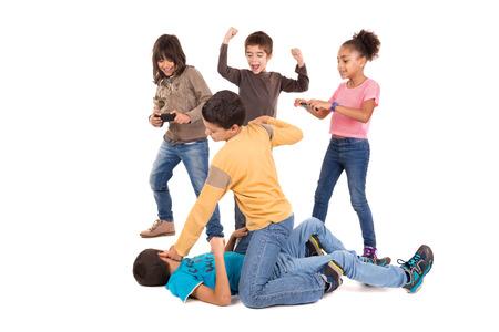 Jungen kämpfen mit anderen Kindern Jubel und Filmaufnahmen