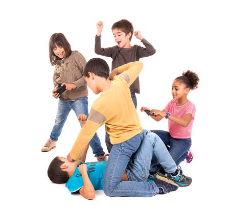 violencia: Ni�os que luchan con otros ni�os animando y filmaci�n