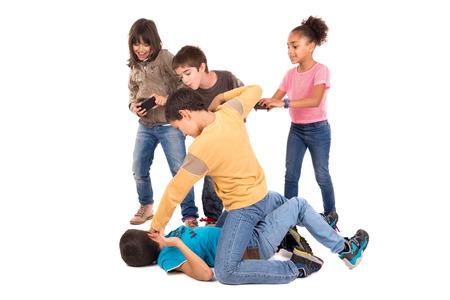 Jungen kämpfen mit anderen Kindern jubeln und Filmaufnahmen Standard-Bild