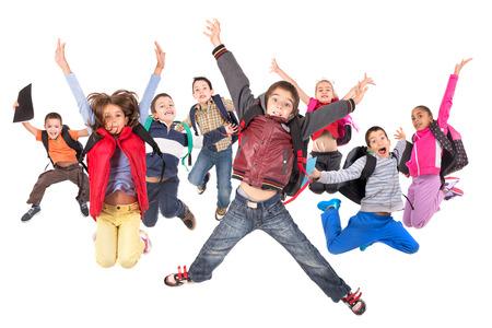 Gruppe von Schulkindern springen isoliert in weiß