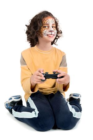 jugando videojuegos: Muchacha con la cara pintada de videojuegos aislados en blanco Foto de archivo