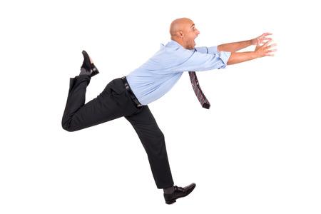Zakenman loopt met opgeheven armen jagen, geïsoleerd in het wit Stockfoto