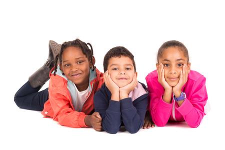 흰색으로 격리 포즈를 취하는 어린이의 그룹