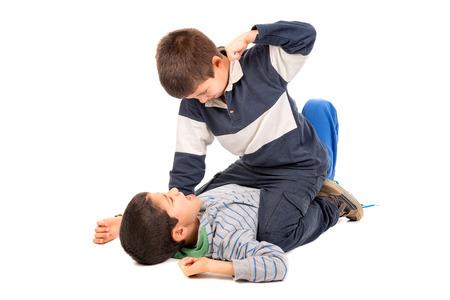 Die Jungen fighting in weiß isoliert Standard-Bild