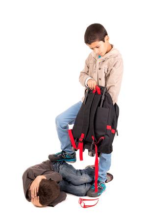 Boy intimidación y robar a una más pequeña aislado en blanco