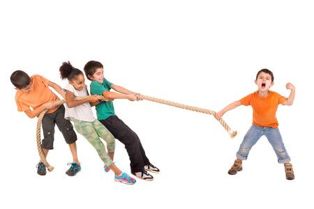 Grupo de niños en un concurso de cuerda tirando contra sólo un niño Foto de archivo - 39533420