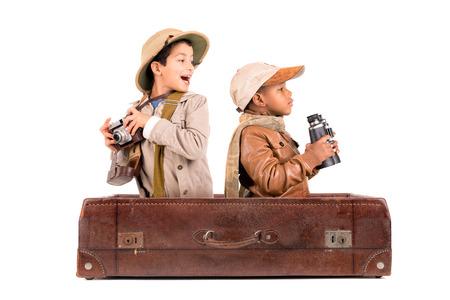 오래 된 가방 안에 아프리카 게임 드라이브를 재생하는 의상을 입은 소년 스톡 콘텐츠